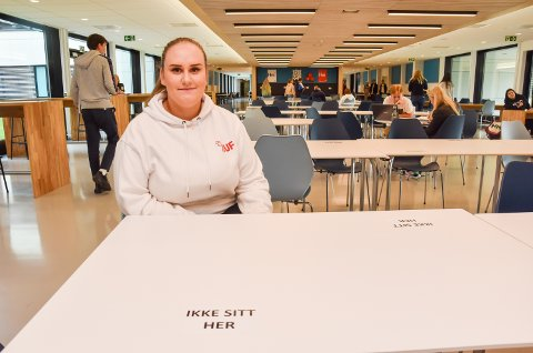 IKKE SITT HER: Elevrådsleder Maja Cvetkovic (17) på ELVIS, viser fram skolens klare smittevernregler.