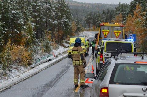 UTFORKJØRING: Lørdag ettermiddag kjørte en bil av fylkesveg 30. To personer er fraktet til Tynset sjukehus med lettere skader Foto: Tore Hilmarsen