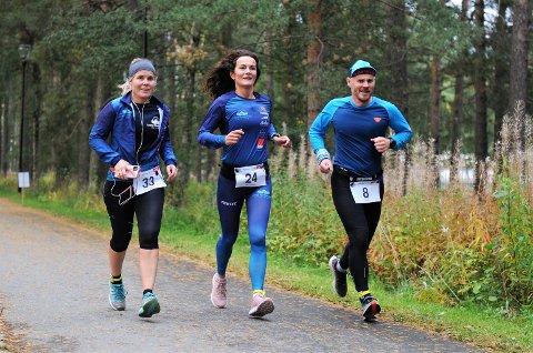 MANGE MIL: Det er ikke få kilometer og mil evighetsmaskinen Rakel Enoksen Hagen (i midten) har tilbakelagt de siste ukene. Her løper hun sammen med Frode Wiggen og Wenche Johnsen.