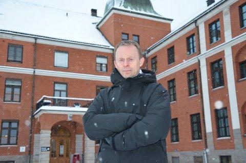 KONSEKVENSER: Kommunedirektør Kristian Trengereid har regnet på konsekvensene av en nedleggelse av sykehuset i Elverum. – Byen og lokalsamfunnet blir rasert, sier han.
