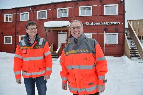 SKAL BYGGE BRU: Arne Meland (til venstre) og Taale Stensbye i Statens vegvesen opplyser at det skal bygges ny bru over Terningåa, og at gamlevegen stenges fra førstkommende mandag.