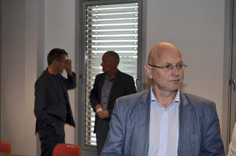 SLUTTER: Regionbanksjef Arne Kjell Dyrstad i Sparebank 1 Østlandet blir snart pensjonist. (I bakgrunnen på bildet Ingvar Midthun og Yngvar Christensen.)