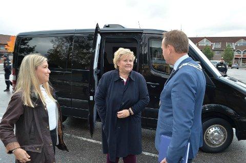 SISTE STATSBUDSJETT: Statsminister Erna Solberg (H) har lagt fram sitt siste forslag til statsbudsjett i denne omgang. Her sammen med stortingsrepresentant Anna Molberg (H) og Åmot-ordfører Ole Erik Hørstad (H).