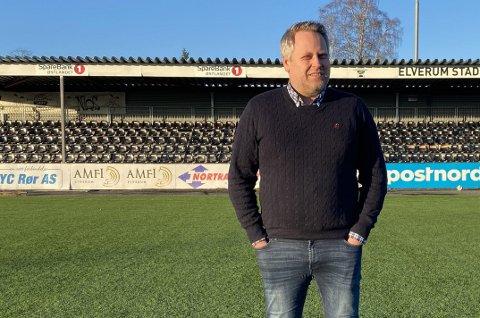 TAR AVSTAND: Daglig leder i Elverum Fotball, Ole Anders Arntsen er på jakt etter en ny markeds- og kommunikasjonsansvarlig i klubben. Så langt har fire personer søkt på stillingen. – Håpet er at vi kan ha en person på plass ved årsskiftet, sier Arntsen. Foto: Wenche Norberg-Schulz