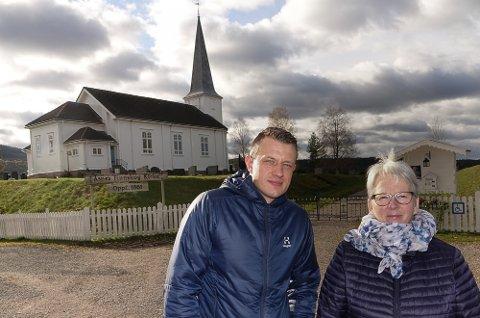SKAL MARKERES: – Det er mange gode grunner til å markere at det er 160 år siden kirken ved Vermundsjøen ble bygd, sier sokneprest David André Tys og Tove Strand i menighetsrådet.