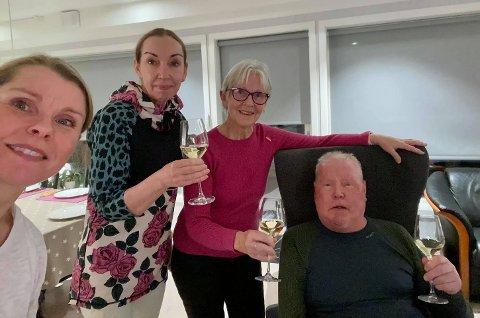 SKÅL: Sammen med sine døtre, Runa (til venstre) og Line og sin kone, Janne, feiret Knut Eggen kulturprisen med alkoholfri musserende vin.
