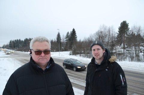 FARLIG KRYSS: Pål Finstad (til venstre) og Magnus Stenseth mener at noe snart må gjøres med det svært trafikkfarlige krysset ved Circle K-stasjonen i Hernes.