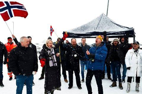 SPRETTET CHAMPAGNEN: Tor Andre Johnsen sprettet champagnen klokka 12 fredag i det øyeblikket bomtaksten på den nye riksveg 3/25 ble halvert. Her sammen med fra venstre Bård Hoksrud. Helle Jordbræk, Truls Gihlemoen og Alexander Ramse Olsen.