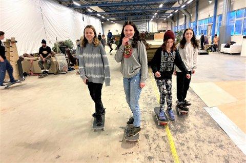 FRIHET OG GLEDE: 12-åringene Emma Vinje (tv) , Cheyenne Birkebekk, Ingvild Karlsen og Mari Hellef føler frihet, glede og samhold i den nye skatehallen i Kappahallen på Rena.