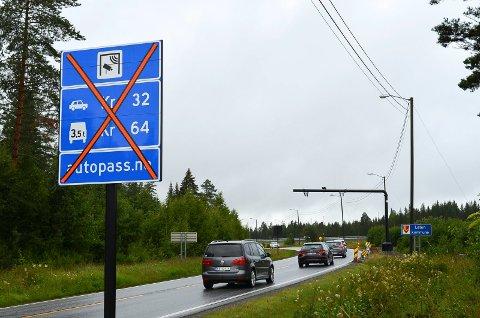 PÅ PLASS: Bommen på gamlevegen er satt opp på grensen mellom  Elverum og Løten. Ap, SV og Sp i Elverum ønsker at den blir tatt i bruk.