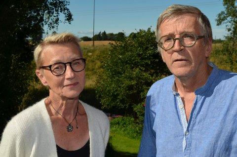 UTÅLMODIGE: Ole Karlsen og Gerd Granhaug venter utålmodig på at det skal foretas nye støymålinger ved hjemmet deres i Løten.
