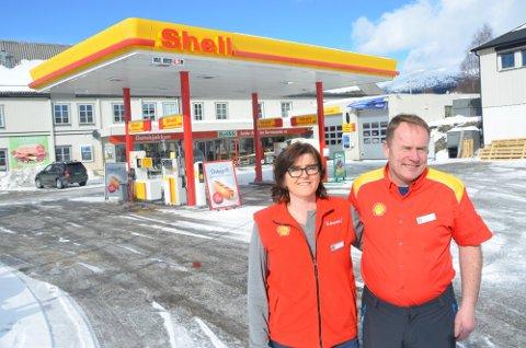 SHELL ALVDAL: Lars Martin Måna og Hilde Wevang-Holen driver Shell-stasjonen i Alvdal