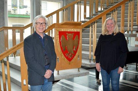 FLOTT UTSMYKNING: Steinar Hovland og ordfører Lillian Skjærvik ved den flotte, nye utsmykningen på talerstolen i trappa i rådhusfoajeen.