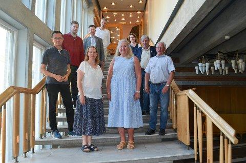 STÅR SAMLET. Formannskapet i Elverum står samlet om den videre gangen i sykehussaken. Fra venstre Ingvar Midthun (Ap), Magnus Stenseth (Ap), Eldri Svisdal (SV), Yngve Sætre (H), Gjermund Gjestvang (MDG), Lillian Skjærvik (Ap), Ida Kristine Teien (Sp), Arnfinn Uthus (Sp) og Dag Martin Bakken (Frp).