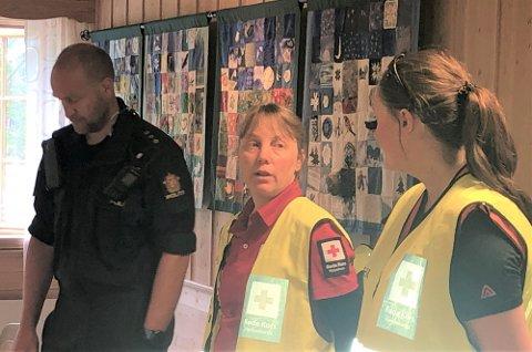 OPPSUMMERTE AKSJONEN: Innsatsleder Anders Brennhaug, sammen med Gunn Kari Haugen (i midten) og Guro Langen Kjellmark, begge Røde Kors-representanter, oppsummerte aksjonen for mannskapene som hadde bidratt. Foto: Jan Kristoffersen