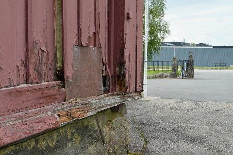 RÅTESKADER: Flere steder på Elverum kirke er det store råte skader.