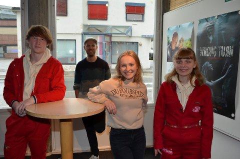 PÅ PREMIEREN: Sammen med regissør Martin Høgberget (30), bak, var skuespillerne Robin Heiborg Strand (18), Anna Lindholm Ramberg (18) og Nora Sørlie (18) til stede på premieren på Alfarheim Lille Friteaters film «Enhver revolusjon starter med leppene dine», som ble mest sett på kino i Elverum i mai.