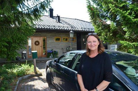 VIL BEHOLDE TRÆRNE: Helene Dæhlin ser ikke lyst på at Elverum kommune vurderer å bygge gang- og sykkelsti rett forbi huset hennes i Andreas Grøttings veg.