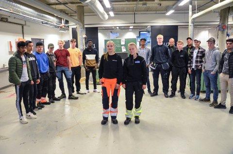 BYGGFAG: 16 elever startet på VG1 byggfag ved NØVGS denne uka. To av dem er jenter, noe som hører til sjeldenhetene. Anniken Rønsberg (16) og Solveig Haldos Nyvoll (16) har begge en plan om bli maskinførere.