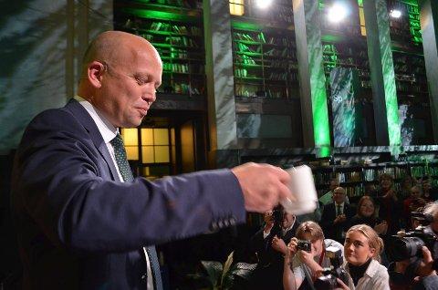 DEN VIKTIGE KAFFEKOPPEN:  Trygve Slagsvold Vedum har i flere år sverget til kaffekoppstrategien. Ikke rart han løftet kaffekoppen på Sps valgvake i Oslo.