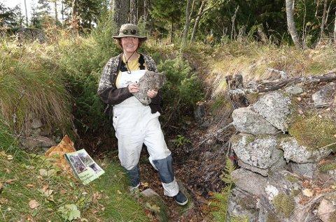 SPENNENDE: Tove Ihler har funnet rester av en gammel jordkjeller i Posaasen. I helga blir det kurs i restaurering.