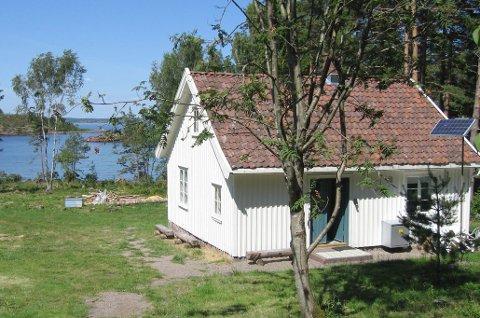 For å komme seg til hytta kan man benytte seg avFerga som går fra Tønsberg til Østre Bolæren. Den kan forhåndsbestilles for anløp til Mellom-Bolæren