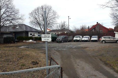 Det står flere biler parkert her, blant annet firmabiler.