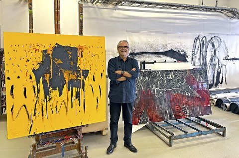 Kunstner på vei til Tjøme: Vi har møtt Ole Lislerud i hans atelier. Til venstre ser du verket Æ, olje på lerret, fra 2019. Til høyre Metaphorical Signs. Porselenstavle, fra 1997. Foto: Kaare Weider