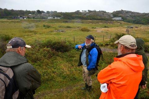 På bildet ses Trond Vidar Vedum (i blå jakke) mens han kommer med en rekke faglige råd til hvordan området som friluftsrådet nå har tatt initiativet til å restaurere kan settes i stand.
