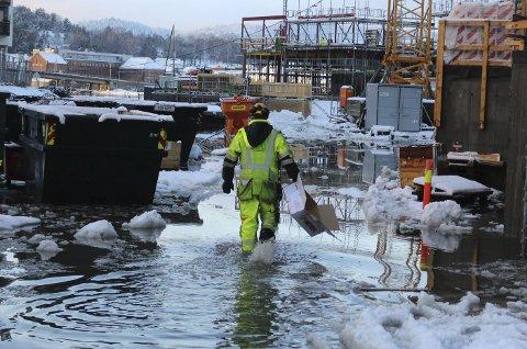 Bratsberg flytebrygge: Alle mann til pumpene, vannet står til rompene. Vannet flommet inn i parkeringskjelleren, men alt er normalt, forsikrer byggeleder Pål Lillefjære. Foto: Robinson Crusoe