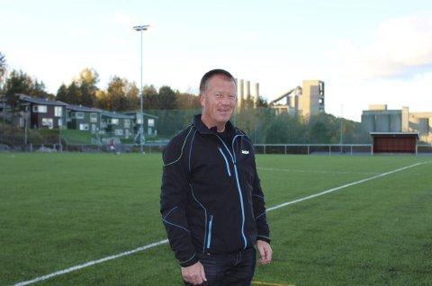 BEGIVENHET: Thor Brønsten i parkstyret i Brevik Idrettslag er veldig fornøyd med at den nye kunstgressbanen er ferdig. Allerede denne uken er det full fart med trening og fotballspilling på den nye banen. – Klart at dette er en stor begivenhet for en liten klubb som Brevik.