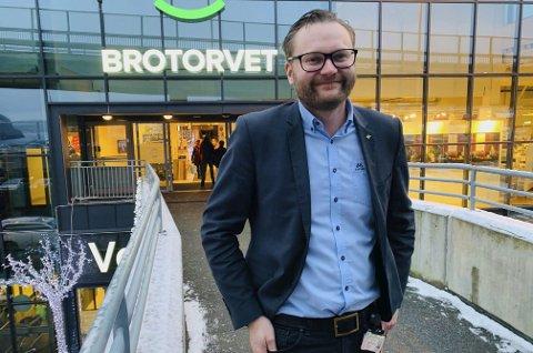 BESØKSVEKST: Bjørn Gunnar Standal Darre ved Alti Brotorvet forteller at senteret hadde en besøksvekst på 1,5 prosent i 2019, men at omsetningen blir noe lavere sammenliknet med 2018. Han er veldig motivert for å gå løs på 2020, og tror man vil se at enda flere butikker tar i bruk digitale løsninger i møte med kundene.