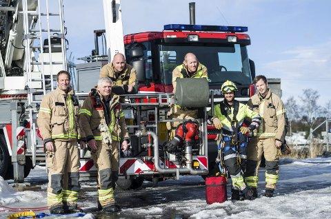 TRENING: Vaktlaget på brannstasjonen i Porsgrunn legger ned utallige timer på hver vakt på trening og øvelse. Tirsdag hadde brannvesenet øvelse ved Herøya båthavn.