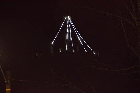 LYS: Vanntårnet har lyst opp siden starten av advent, og vil etter alt å dømme bli lyssatt også neste jul.