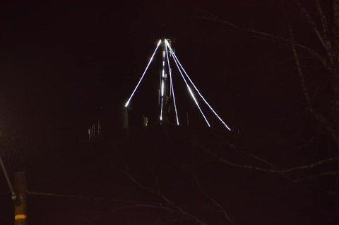 LYS I MØRKET: Om du synes det skaper julestemning eller ei blir det lys i vanntårnet i Uræddløypa også i år.