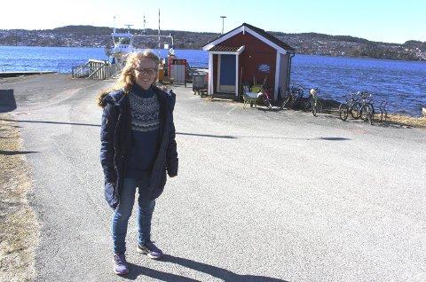 SKEPTISKE: Unni Solheim Steinsvåg i Sandøya vel sier lokalbefolkningen ikke føler de ble hørt før man bestemte å etablere ny fergekai ved moloen på Sandøya. Hun sier de skal komme med sine synspunkter til planarbeidet.