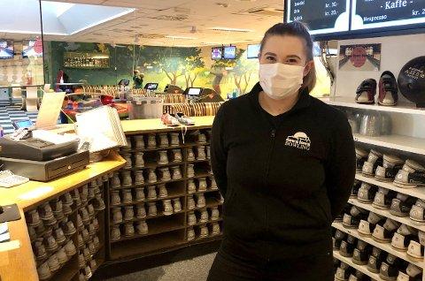 I GANG: Etter å ha stengt ned mandag 4. januar, er bowlinga på kjøpesenteret i byen oppe og gå. – Jeg har savnet det veldig, sier Josefine Rønhaug.