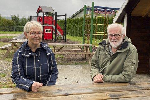 IKKE IMPONERT: Sissel Ørvik (68) og Bjørnar Nyen (73) har sammen med naboer og andre frivillige stått på for å ruste opp lekeplassen på Løvsjø, og opplever at kommunen ikke legger nok til rette for frivilligheten. – Vi hadde forventa at ting skulle gli lett, men det har ikke skjedd, sier de.
