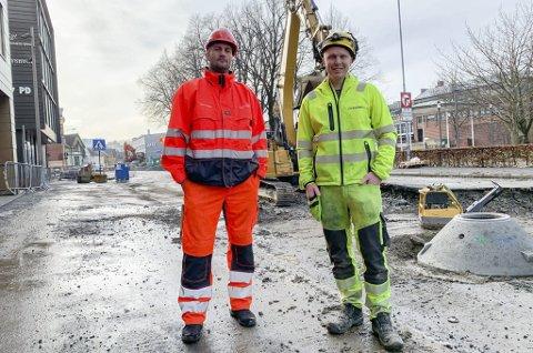 – BLIR ET SAVN: Bjørnar Andersen (t.v.) i Porsgrunn kommune sier at de vil savne anleggsleder Niklas Ahlfors, som nå slutter i jobben i entreprenørfirmaet Tveter & Lund AS. Det er dette firmaet som har stått bak rehabilitering av vann- og avløpsnettet i sentrum den siste tiden, og oppgraderingen av Storgata.