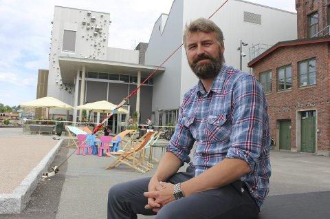 STUSSER: Kulturhussjef Erik Friesl mener det vil kunne oppstå flere problemer dersom det etableres uteservering i tråd med de foreløpige oppmålingene som er gjort utenfor Tollboden.