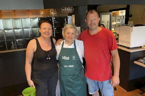 ANSATTE PÅ PLASS: Hans Arne Frøland (t.h.) har blant andre ansatt Monica Haugen og Maria Nikolaidou til å være med å drifte Kafe K framover. Første åpningsdag skjer førstkommende fredag.