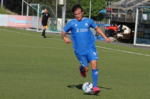 Marius Bustgaard Larsen var luftens baron og scoret to mål med hodet i lørdagens seier over Flint i Tønsberg.