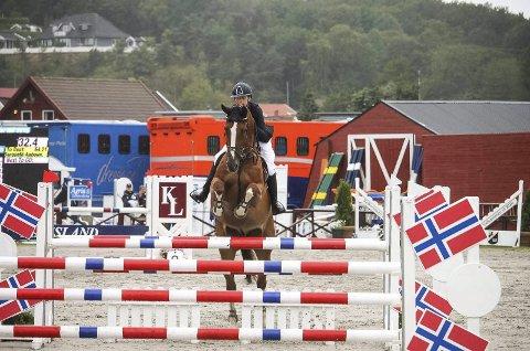 SØLVJENTA: Maria Louise Kingsrød (14) rei inn til en strålende sølvplass med hesten Feloetsghe V/D Rhamdiahoeve «Stefan» under helgens NM i sprangridning.Foto: Privat