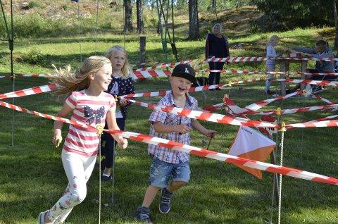 KOSTE SEG MED ORIENTERING: Samtlige av barna som var på låvebasaren på Skattabøl var enige om at orienteringsløypa var det morsomste av alt.