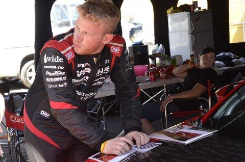 LOKAL HELT: Tor-Anders Ringnes fra Rakkestad har drevet med drifting siden 2008. Her signerer han autografer til fans på panseret på sin Toyota GT86.