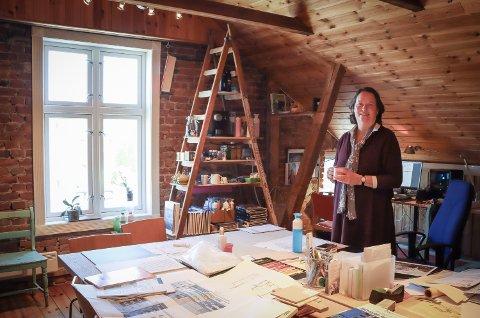 PÅ JOBB: Den erfarne arkitekten, Karin Angelika Egge, trives i toppen av Liensgården. Her deler hun kontor med kollega Karoline Hov. Sammen driver de Hov + Egge Arkitekter.