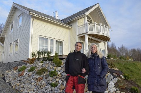 1. nytt hus: Nataliya og Oleg Jaskiv er  fornøyde med sitt nye hus på Hemnesberget. 2. Nataliya ville ha grønt kjøkken fra Italia, og slik ble det.  3. Her blir det badstue. Også tømmerstua har Oleg bygget selv. 4. Fra loftstua er utsikten påklagelig.
