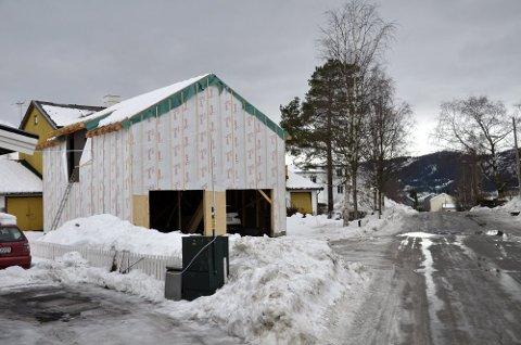 GARASJEBOM: Espen Hatten bygger denne garasjen i Thoranesgata, som har fått litt oppmerksomhet, mest fra forbipasserende. Foto: Gøran Opanashchuk