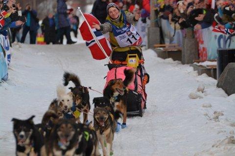 Sigrid Ekran er verdensmester i langdistanse hundekjøring under Finnmarksløpet i år. Der var Sanna Sarromaa og så på. Foto: Erlend Hykkerud, ifinnmark.no