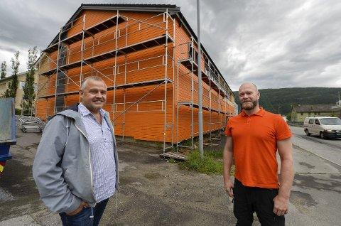 Sprekt fargevalg: Trond Johnsen og Espen Hatten ved Zar Eiendom maler sitt fremtidige kontorbygg knall oransje.Foto: øyvind bratt